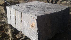 Блок чорного каменю Габро