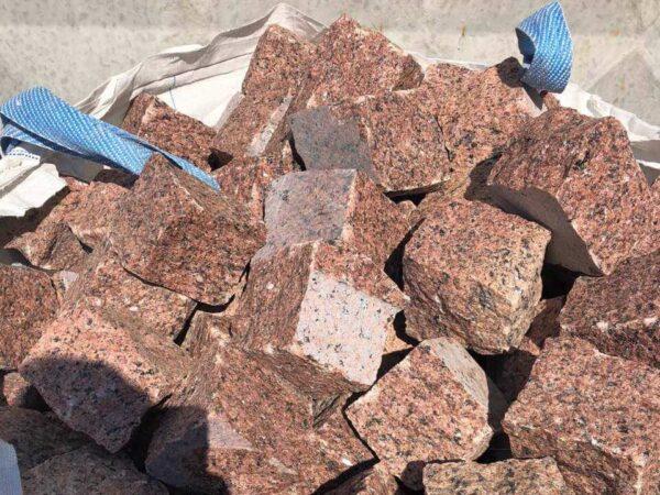 Бруківка з Лезниківського граніту, упакована в біг-бег