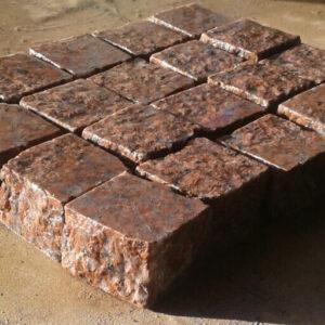 Бруківка пиляно-колота з червоного Корецького граніту 10x10x3 см