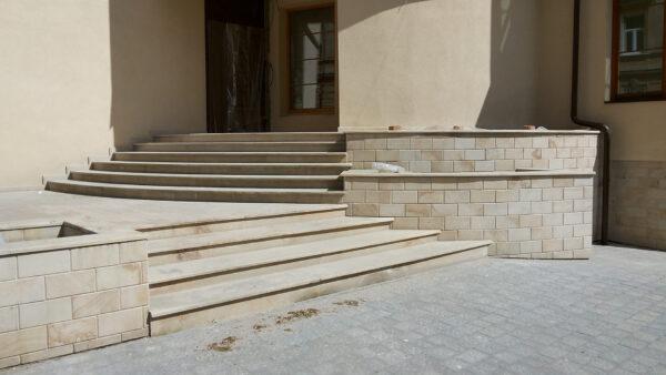 Сходи і фасад з пісковика