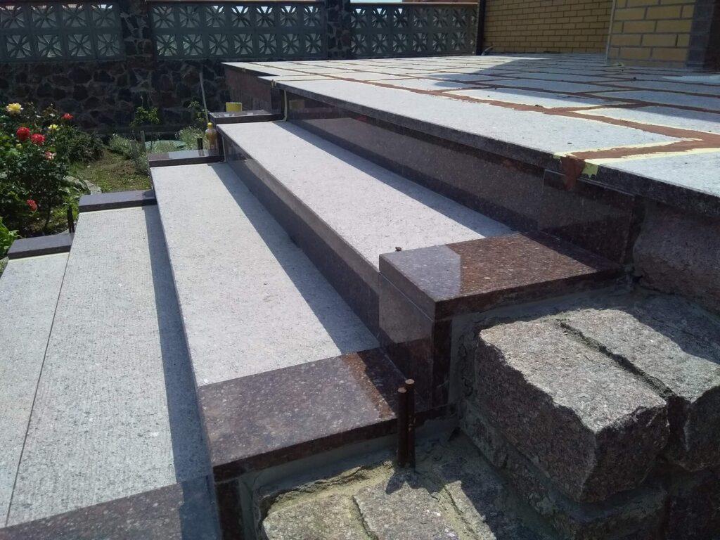 Сходи з Токівського граніту - вид збоку праворуч