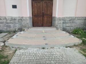 Сходи храму перед облицюванням гранітом