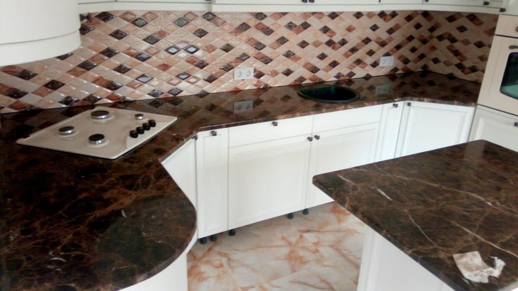 Встановлена стільниця Emperador Dark на кухні з білим фасадом