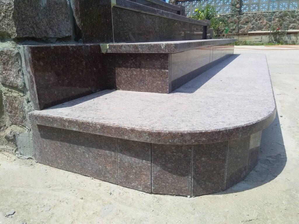 Нижні сходинки з граніту Токівського родовища