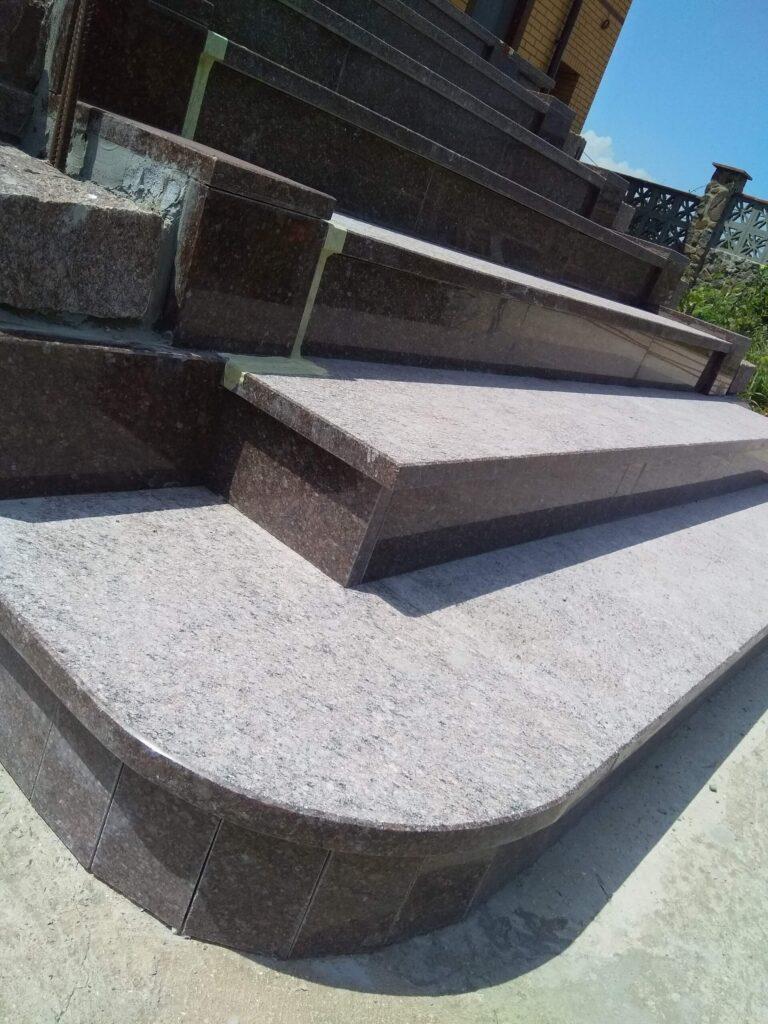 Нижня частина сходів з Токівського граніту