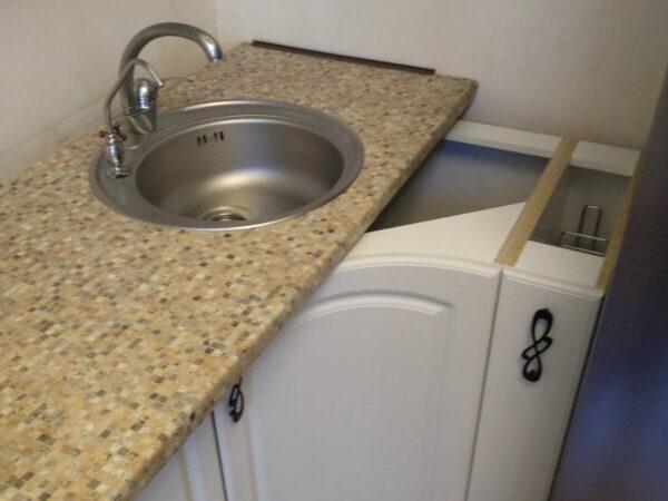 Звичайна дерев'яна стільниця з металевою мийкою (перед демонтажем)
