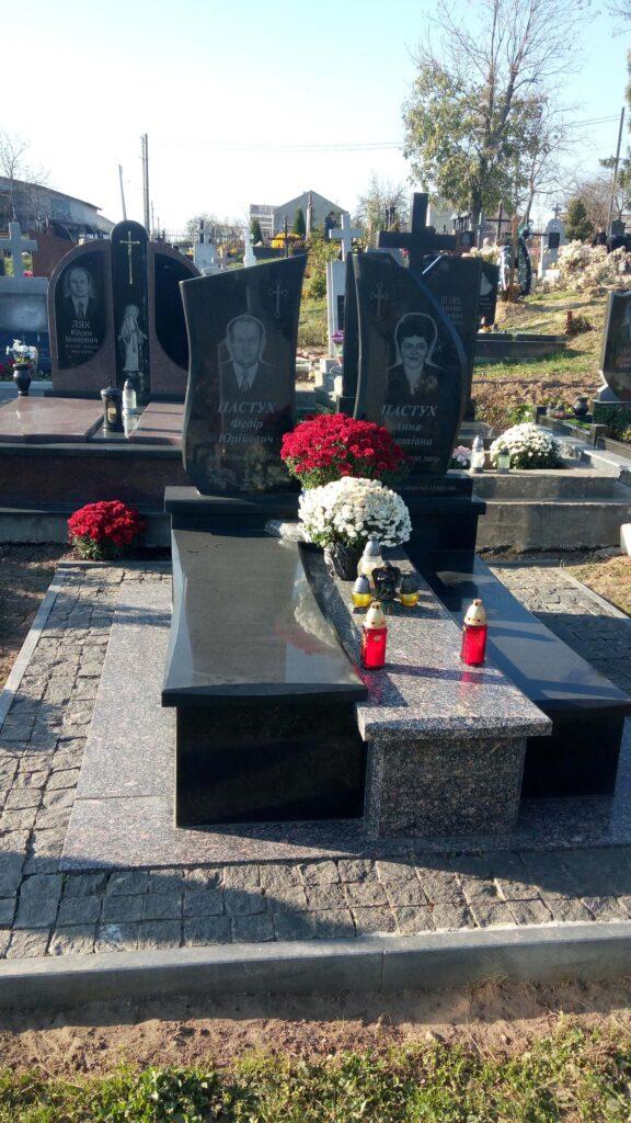 Чорний гранітний пам'ятник в с. Муроване (Львівська область)