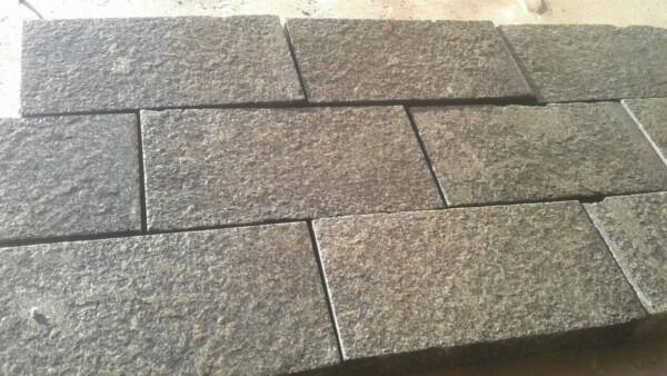 Пиляно-колота бруківка з чорного каменю Габро