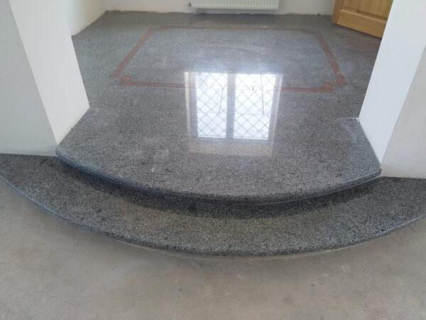 Покостівський сірий граніт для внутрішнього облицювання. Відображення вікна на сходах.
