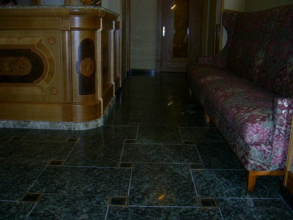 Пол из Луковецкого гранита в гостинице