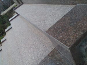 """Сапожок лестницы из красно-коричневого гранита """"Ток"""" крупным планом"""