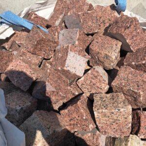Колота бруківка з червоного Лезниківського граніту 10x10x10 см
