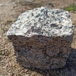 Колота бруківка з жовтого Софіївського граніту 10×10×10 (1 камінь)
