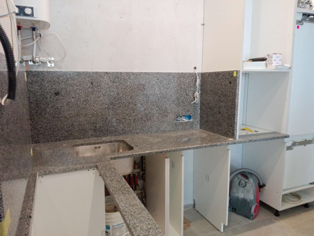 Стільниця для кухні з Покостівського граніту з фартухом і отворами під мийку і розетки