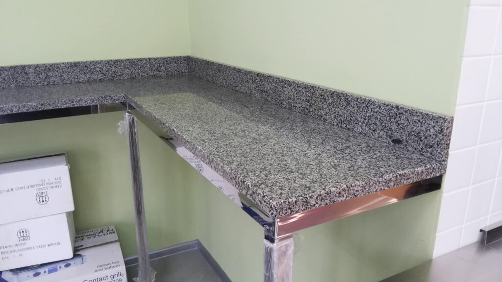 Стільниця з Покостівського граніту на основі з нержавійки