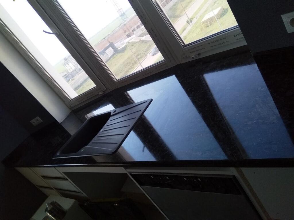 Стільниця з вирізом під мийку з лабрадориту Irina Blue (біля вікна)
