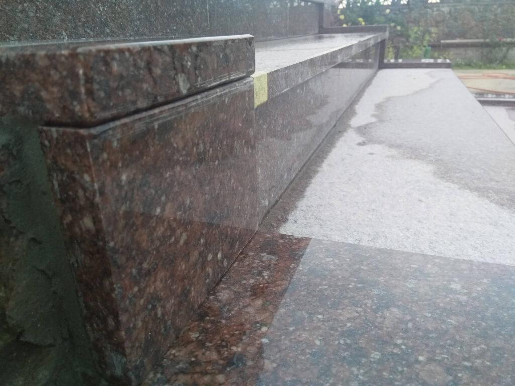 Сходинка з Токівського граніту - вид наближений