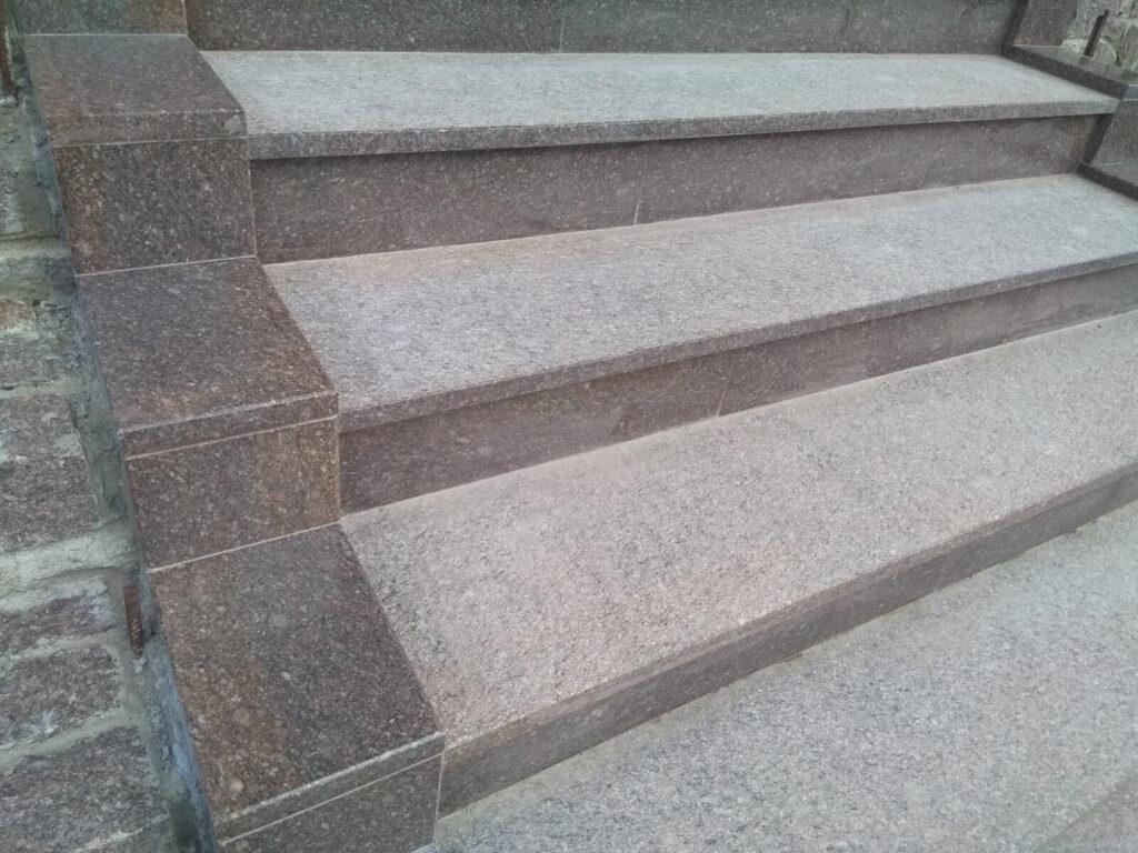 Сходинки з червоно-коричневого граніту Токівського родовища