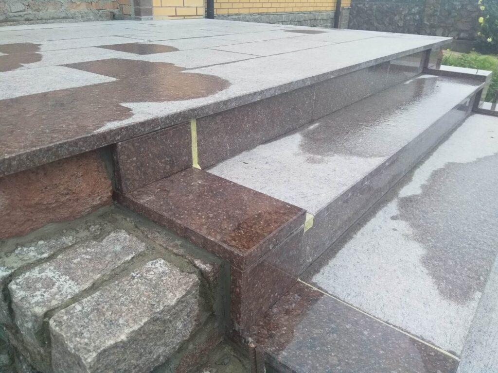 Сходинки з Токівського граніту - вид наближений
