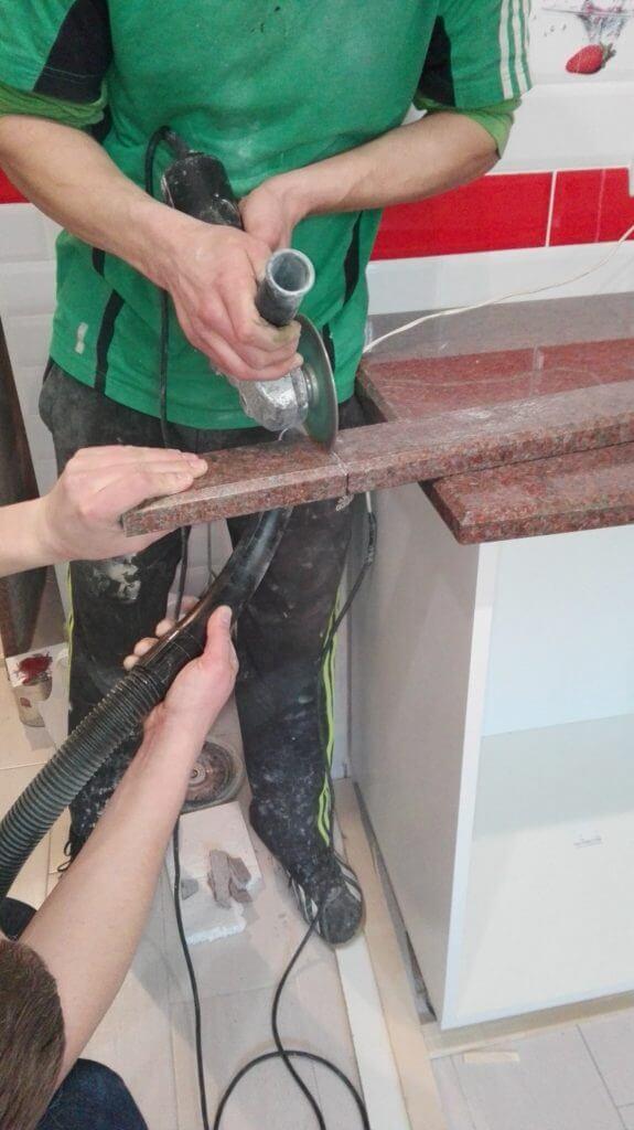 Подрезка плинтуса для гранитной столешницы