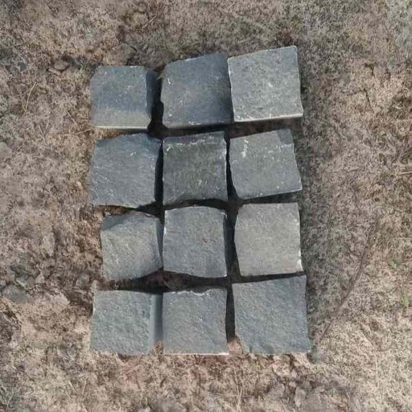 Чёрная колотая брусчатка 10x10x5 см из базальта - 12 камней
