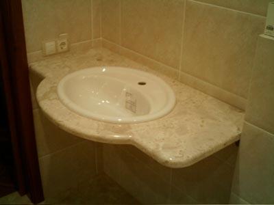 Столешница из мрамора Adalia Cappuccino с врезанной раковиной в ванной комнате