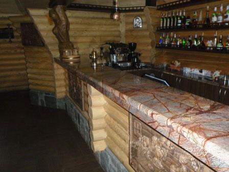 Кухонна стільниця з мармуру Bidasar Brown на барній стійці