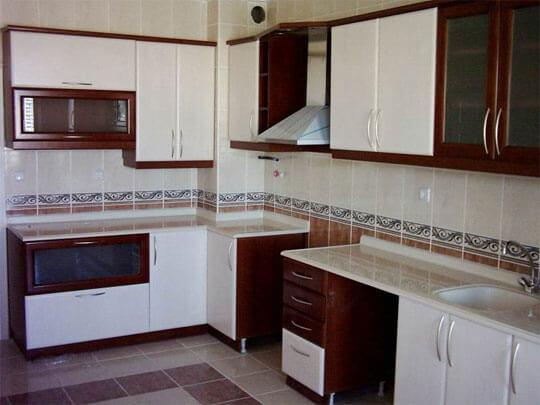 Кухонная столешница из мрамора Daino Reale на кухне в бело-коричневом стиле