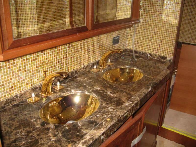 Столешница из мрамора Emperador Dark в ванной комнате с двумя раковинами