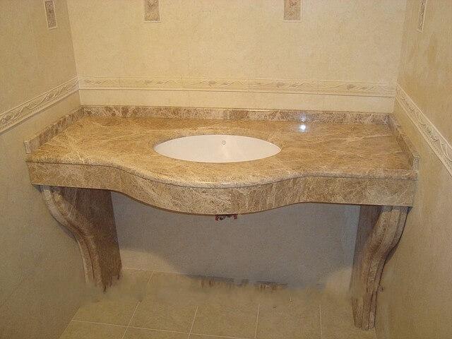 Столешница из мрамора Emperador Light в ванной комнате с врезанной раковиной