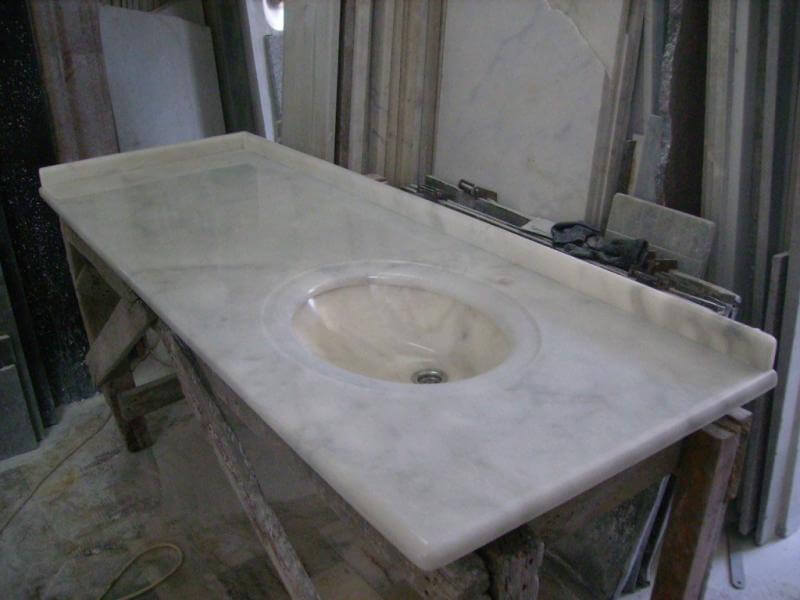 Бело-серая столешница из мрамора Milas Pearl в ванной комнате с раковиной