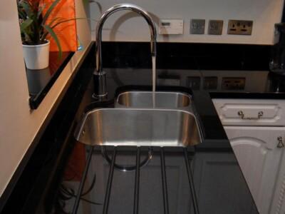 Кухонная столешница из Габбро с мойкой из нержавейки