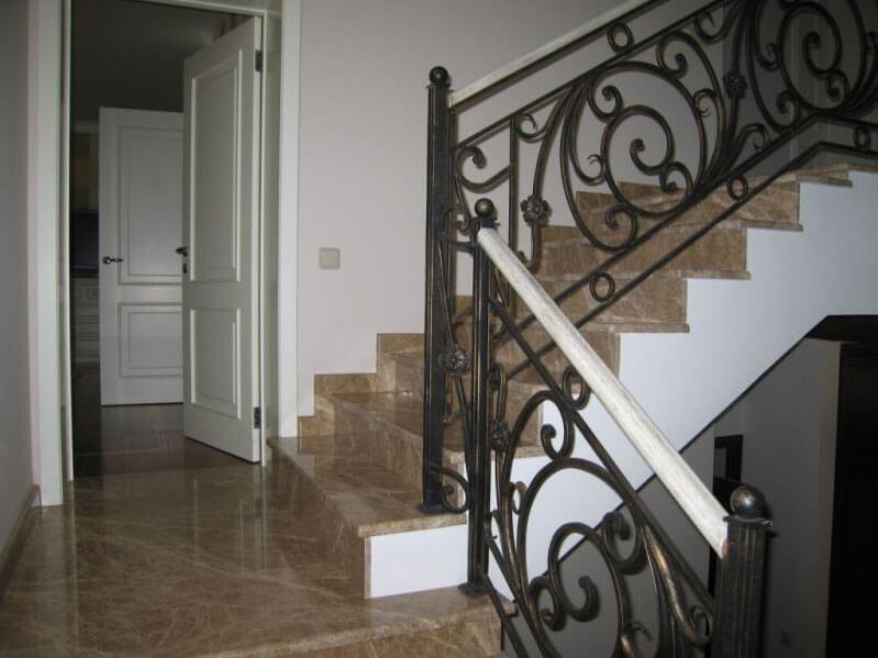 Мраморная лестница Emperador Light