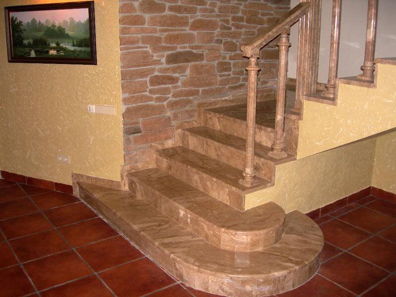 Лестница из итальянского мрамора Daino Reale