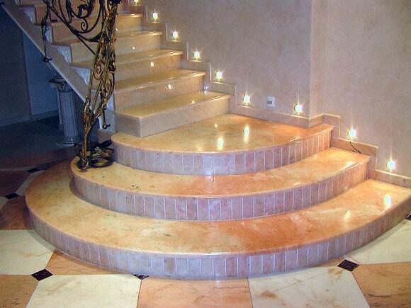 Лестница с подсветкой из мрамора Lotus Rosalia