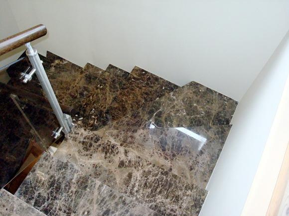 Лестница на второй этаж из коричневого мрамора Emperador Dark
