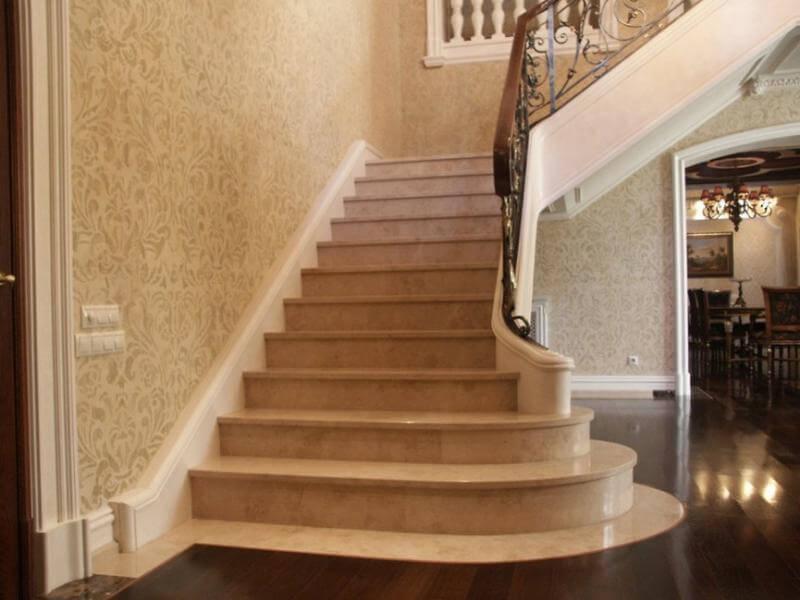Парадная лестница из мрамора Crema Nova