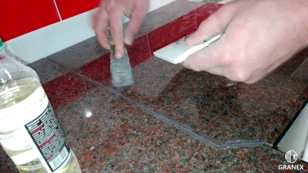 Видалення залишків герметика зі стільниці