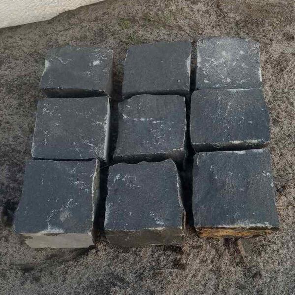 9 камней базальтовой брусчатки 10x10x5 см