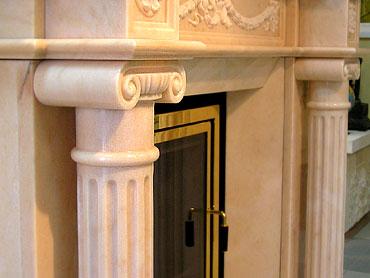 Колонны с капителями мраморного камина Афина