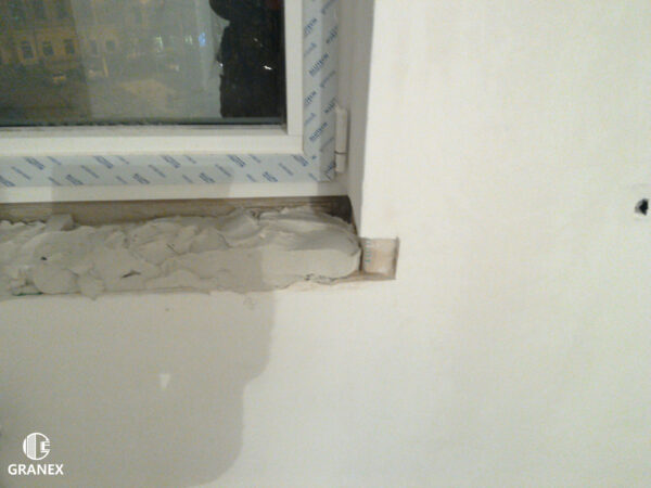 Установка подоконника из белого мрамора