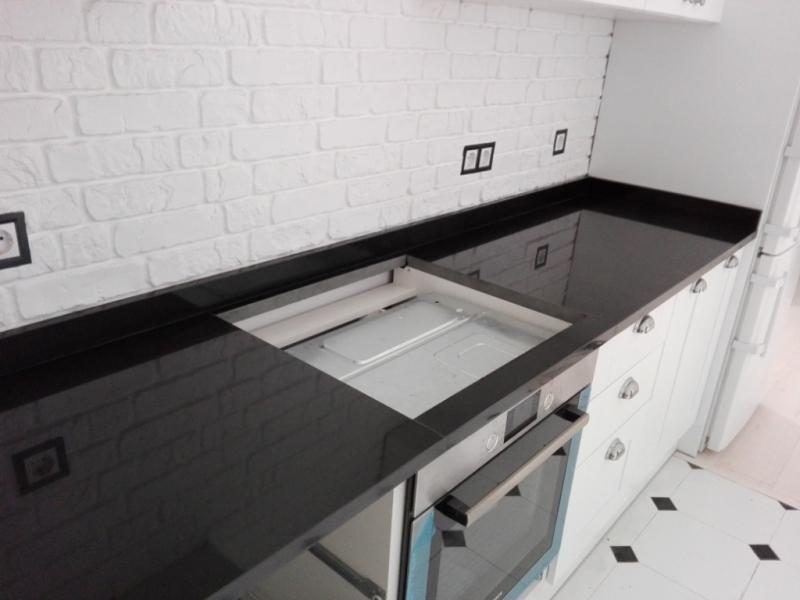 Столешница из базальта на белой кухне