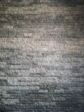 Стена: плитка-соломка из камня габбро