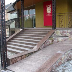 Вход с лестницей из гранита Flower of Ukraine