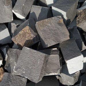 Безліч колотої бруківки з чорного каменю базальт, розміром 10x10x5 см