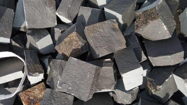 Множество колотой брусчатки из чёрного камня базальт, размером 10x10x5 см