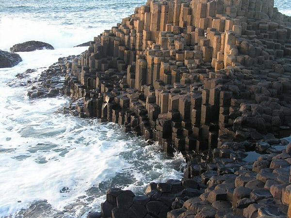 Морской берег из базальта