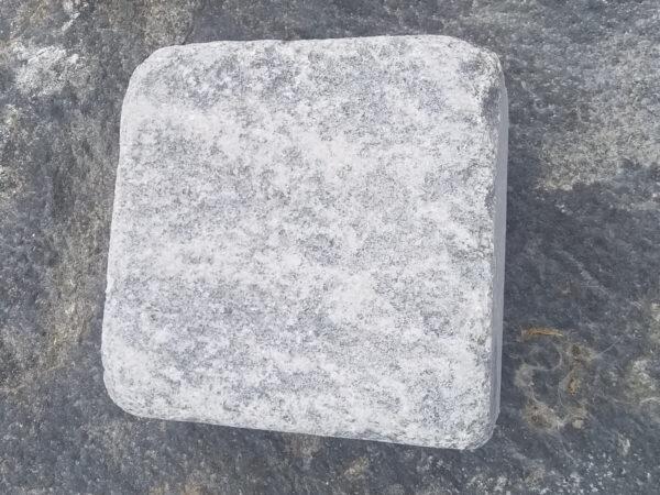 Один брусчатый галтованный камень Габбро 10х10х5 см