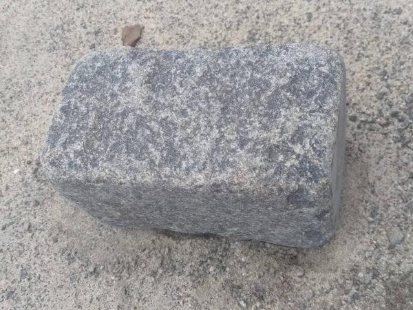 Один брусчатый галтованный камень Габбро 20х20х10 см