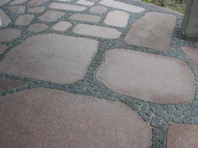 Бруківка колота габро і плити Токівського граніту